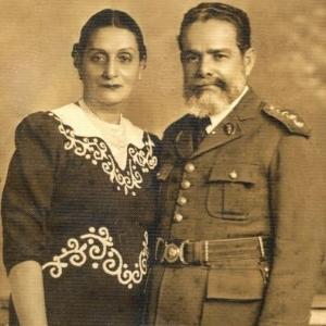 Primeiro medalhista de ouro do Brasil em uma Olimpíada, o atirador Guilherme Paraense posa ao lado de sua mulher