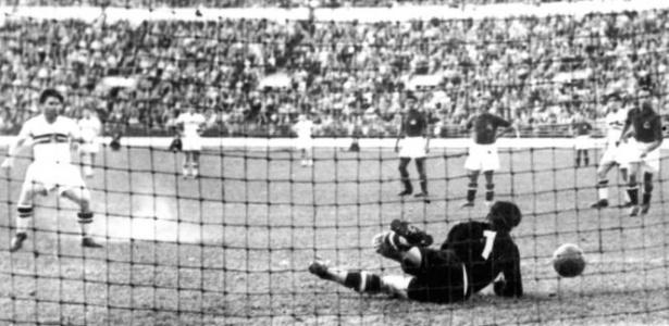 O atacante Puskas, grande astro da seleção da Hungria, faz gol na decisão contra a Iugoslávia