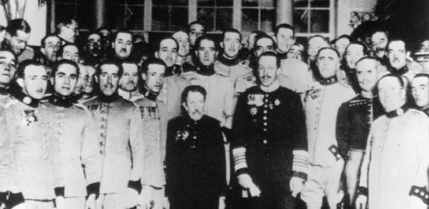 O rei da Espanha Alfonso 13 tira fotografia com toda a delegação que representou seu país nos Jogos Olímpicos da Holanda