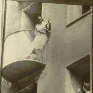 Vanda dos Santos acena para Maria Helena Cardoso em prédio da Vila Olímpica de Helsinque