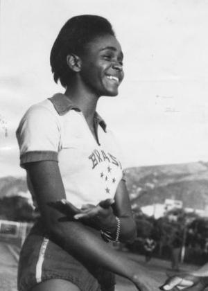 A brasileira Aída dos Santos foi quarta colocada no salto em altura, mesmo sem contar com um treinador
