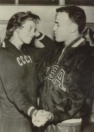 Após casamento de 1956, união entre URSS e EUA virou rotina: atleta soviética Liculica Klipowa dança com o pesista Ben Northrup