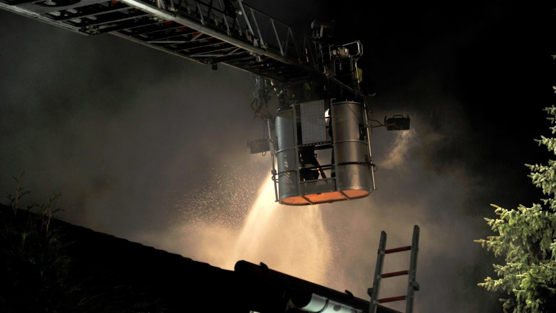 Bombeiros trabalham para acabar com fogo na casa do zagueiro Breno, que foi resgatado sem ferimentos graves do local