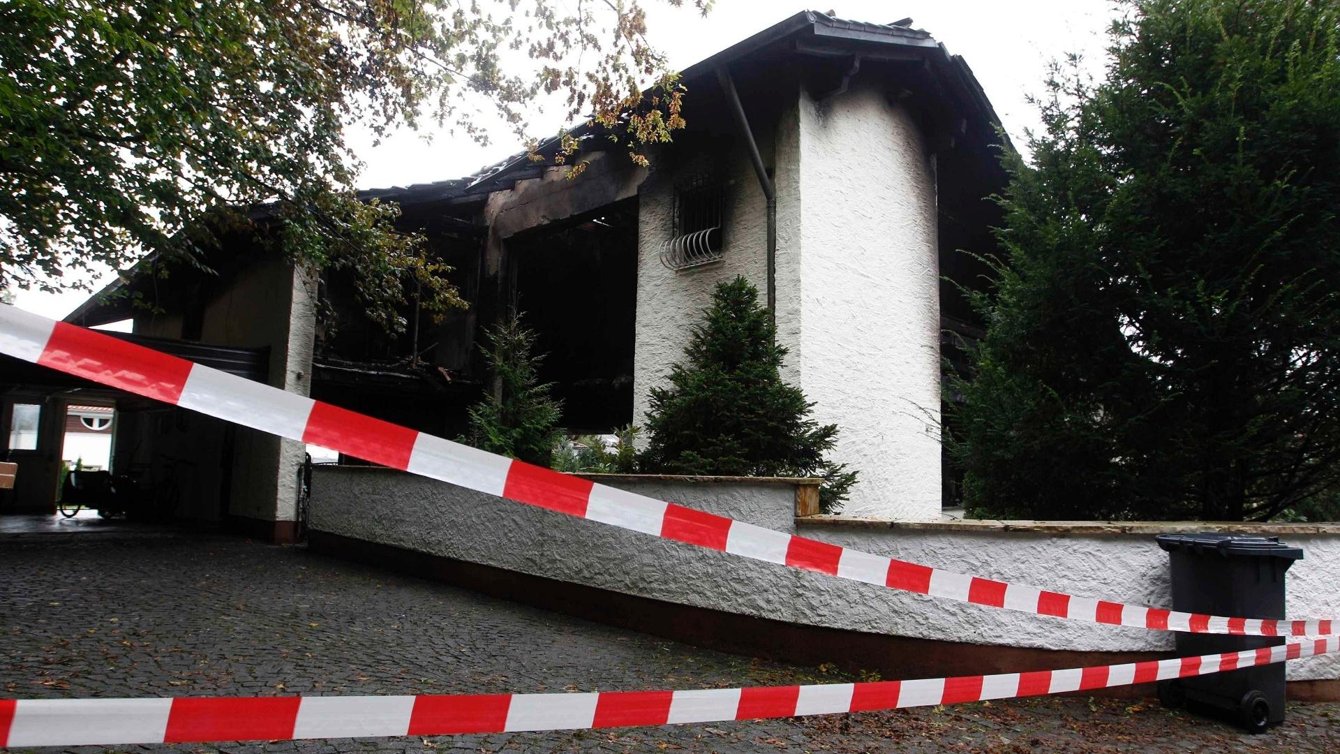 Casa de Breno, zagueiro do Bayern de Munique, foi praticamente destruída após um incêndio nesta madrugada. Jogador brasileiro foi levao ao hospital por ter inalado fumaça, mas não sofreu ferimentos graves