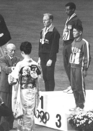 Cerimônia de entrega de medalhas da maratona em Tóquio, com o etíope Abebe Bikila mais uma vez em primeiro lugar