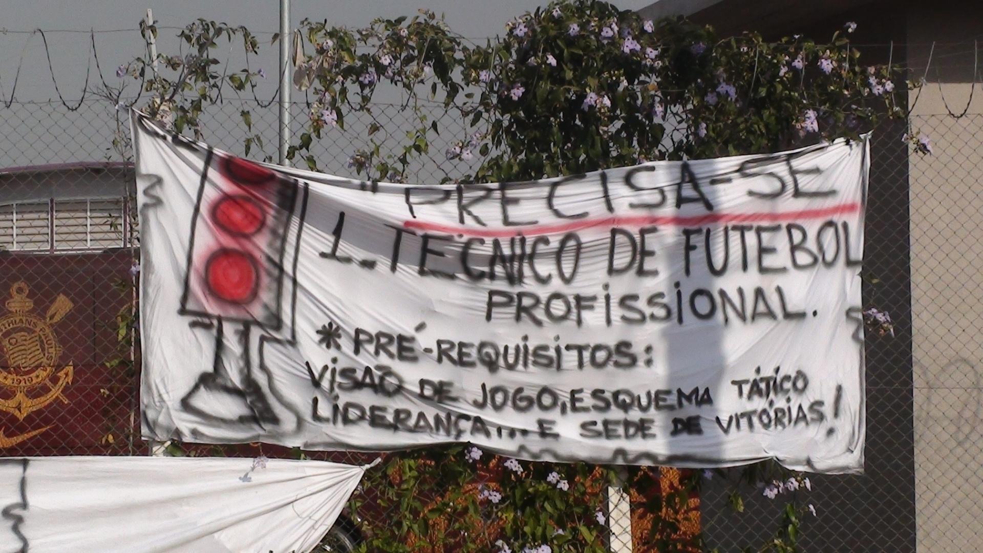 Corintianos estão na porta do CT do clube para protestar contra os recentes maus resultados do time