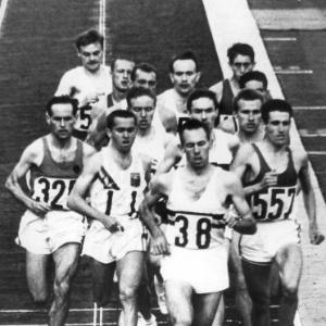 Final dos 5.000 metros na Olimpíada de Tóquio, vencida pelo norte-americano Robert Schul