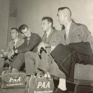 Jogadores da seleção brasileira de basquete se preparam para viajar para a Austrália, sede da Olimpíada de 1956