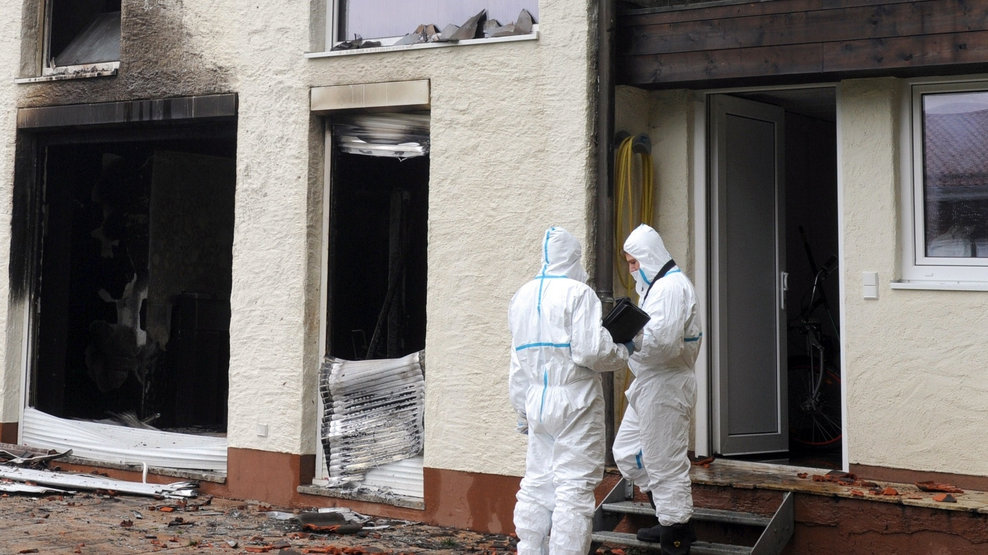 Peritos analisam as possíveis causas do incêndio que praticamente destruiu a casa do zagueiro Breno. Jogador do Bayern de Munique levou um susto e não sofreu ferimentos graves, mas foi levado ao hospital por ter inalado muita fumaça