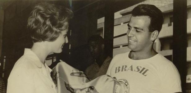 Rolando Cruz, do time brasileiro de polo aquático, leva uma lembrança da Olimpíada de Roma