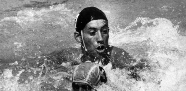 O cubano Torres e o espanhol Ibern disputam lance no polo aquático; a Iuguslávia ficou com a medalha de ouro