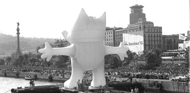 A mascote dos Jogos de Barcelona, Cobi, é exposta na cidade espanhola após o encerramento dos Jogos de Seul