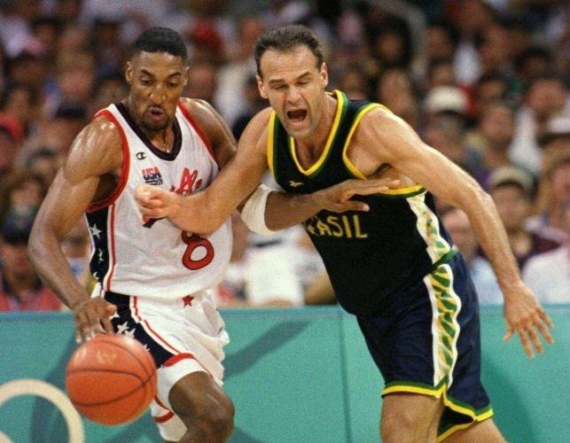 O ala brasileiro Oscar Schmidt barra o avanço do norte-americano Scott Pippen no torneio de basquete dos Jogos de Atlanta-1996