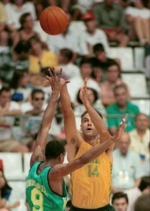 O cestinha Oscar Schmidt arremessa em jogo contra a Austrália; a seleção de basquete do Brasil ficou em quinto lugar na Olimpíada de Barcelona-1992