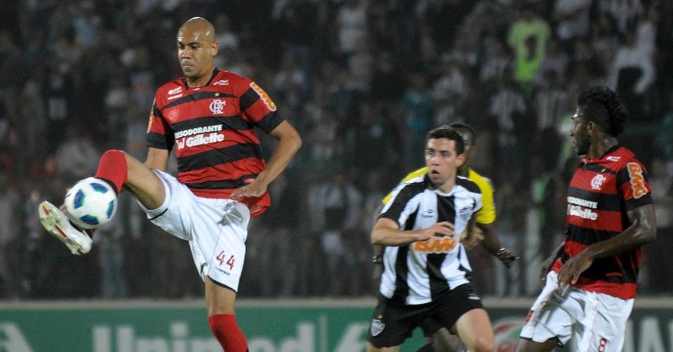 Alex Silva domina a bola enquanto é observado pelo companheiro Willians no jogo entre Flamengo e Atlético-MG