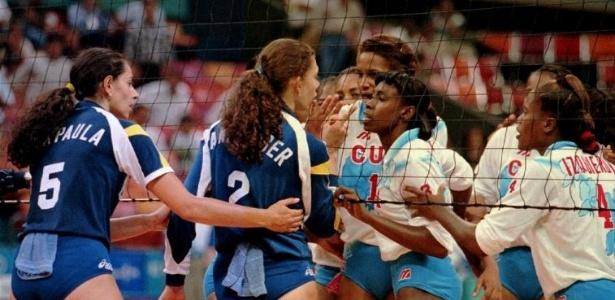 Ana Paula tenta conter Ana Moser em discussão com a cubana Mireya Luis, após derrota brasileira na semifinal do vôlei