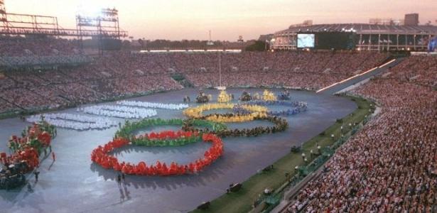 Arcos olímpicos são formados na cerimônia de abertura da Olimpíada de 1996