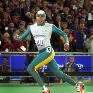 Com uniforme exótico, a velocista australiana Cathy Freeman vence os 400 m rasos na Olimpíada de Sydney-2000