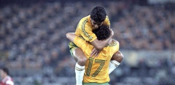 Bebeto festeja gol de Romário na final do torneio de futebol; o Brasil ficou com a prata ao perder para a União Soviética por 2 a 1