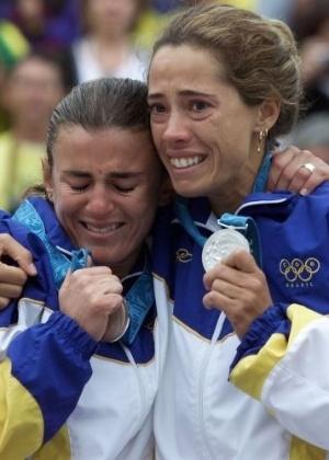 As brasileiras Adriana Behar (à dir.) e Shelda, favoritas ao ouro, emocionam-se com a medalha de prata no vôlei de praia