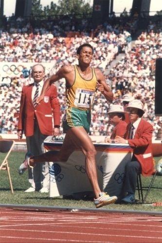 O brasileiro Joaquim Cruz, que havia sido ouro em Los Angeles-1984, cruza a linha de chegada em segundo lugar nos 800 m nos Jogos de Seul