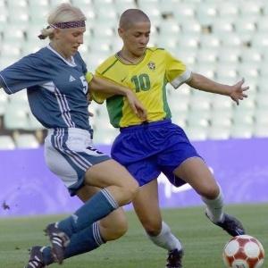 Capitã alemã, Doris Fitschen disputa a bola com brasileira Sissi no torneio olímpico de futebol