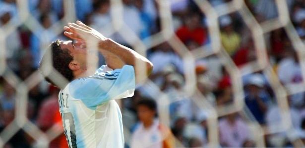 Carlitos Tevez marca na vitória da Argentina sobre o Paraguai, na final do futebol na Olimpíada de Atenas