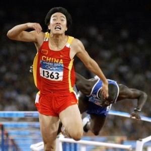 O chinês Liu Xiang cruza os 110 metros com barreiras à frente do francês Ladji Doucoure na Olimpíada de Atenas
