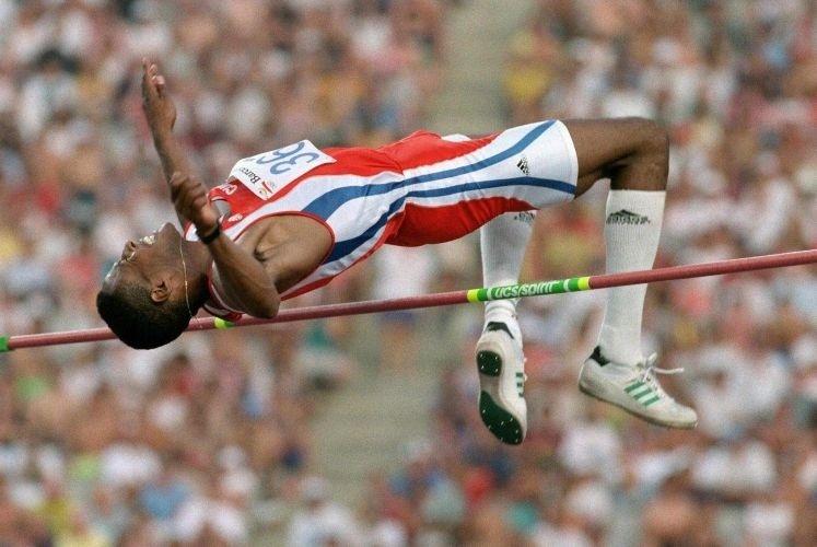 O cubano Javier Sotomayor tenta ultrapassar o sarrafo a 2,37 m na prova do salto em altura; o atleta levou o ouro com 2,34 m