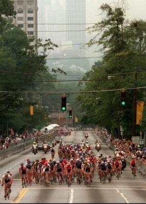 Cilistas buscam espaço nas ruas de Atlanta durante prova dos Jogos Olímpicos de 1996