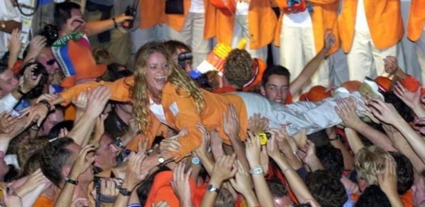 Dona de três ouros em Sydney-2000, a nadadora holandesa Inge de Bruijn é carregada por torcedores