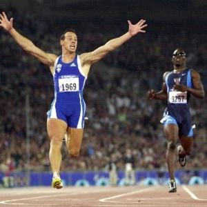 O grego Konstas Kenteris festeja ao cruzar a linha de chegada à frente nos 200 m rasos, em um resultado surpreendente