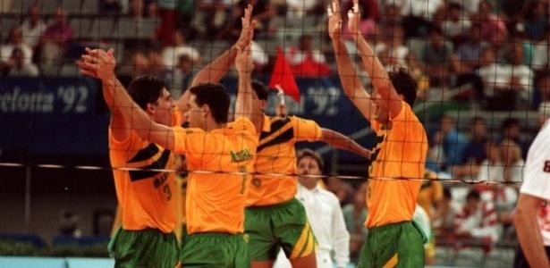 Jogadores da seleção brasileira de vôlei comemoram a vitória por 3 sets a 0 sobre a Holanda na final dos Jogos de Barcelona