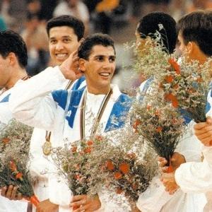 O levantador Maurício, titular da seleção brasileira de vôlei na Olimpíada de Barcelona, com a medalha de ouro no pódio