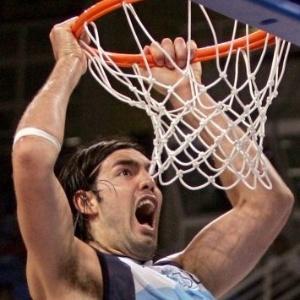 Luis Scola enterra na decisão entre Argentina e Itália na final do basquete masculino; a Argentina venceu por 84 a 69