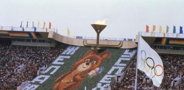 Mascote, o ursinho Misha é mostrado na cerimônia de abertura dos Jogos Olímpicos de Moscou, no estádio Lênin