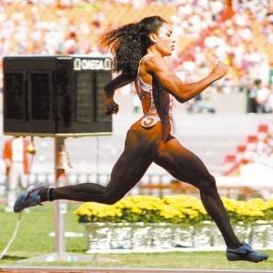A norte-americana Florence Griffith-Joyner compete nos 200 m rasos; a atleta levou o ouro nos 100 m, nos 200 m e no revezamento 4 x 100 m nos Jogos de Seul