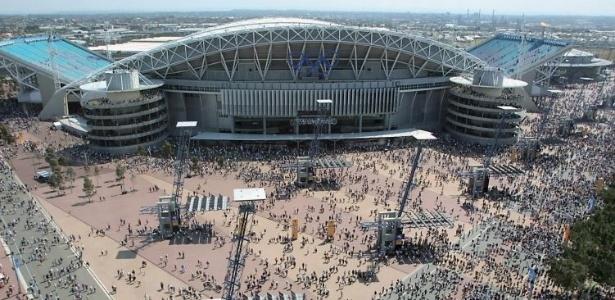 Público caminha para o estádio Olímpico de Sydney, principal palco dos Jogos de 2000