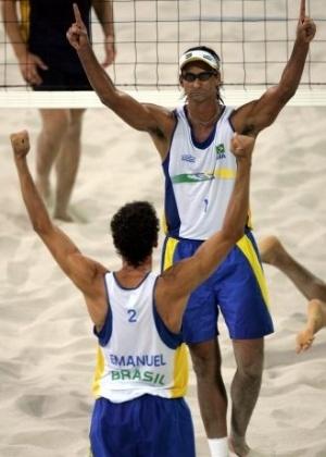 Ricardo (de frente) e Emanuel conquistam o ouro no vôlei de praia nos Jogos Olímpicos de Atenas