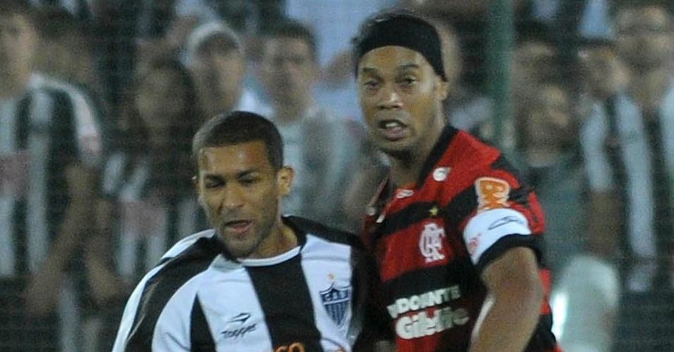Ronaldinho Gaúcho é marcado por Pierre no confronto entre Flamengo e Atlético-MG. Primeiro tempo acabou empatado por 0 a 0