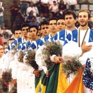 Com Tande à frente, a seleção masculina de vôlei canta o Hino Nacional no pódio, depois de conquistar o ouro olímpico