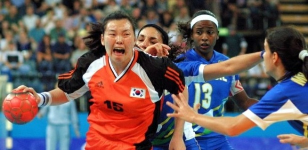 A sul-coreana Lee Sang-eun passa por marcação brasileira nas quartas de final do handebol em Sydney-2000