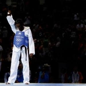 O brasileiro Diogo Silva, do taekwondo, faz protesto com luva preta após perder combate pela medalha de bronze