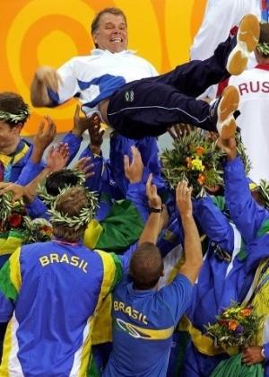 O técnico Bernardinho é erguido pelos jogadores após a conquista do ouro olímpico pela seleção de vôlei; na final, o Brasil bateu a Itália por 3 sets a 1