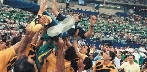 O técnico José Roberto Guimarães, da seleção de vôlei, é erguido por jogadores brasileiros após a conquista do ouro olímpico em Barcelona