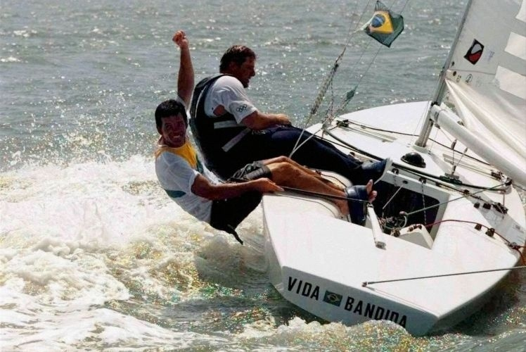 Ao lado do proeiro Marcelo Ferreira, Torben Grael comemora a conquista da medalha de ouro na classe Star na Olimpíada de Atlanta