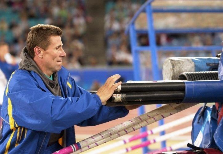 O ucraniano Sergey Bubka guarda seu equipamento depois de falhar nas eliminatórias e ficar fora da final do salto com vara na Olimpíada de Sydney