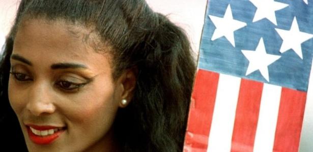 A velocista Florence Griffith Joyner, apelidada de Flo-Jo, posa com a bandeira dos EUA na Olimpíada de 1988, na Coreia do Sul