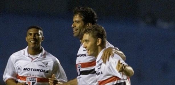 Axel comemora gol pelo São Paulo ao lado de Raí e Fábio Aurélio
