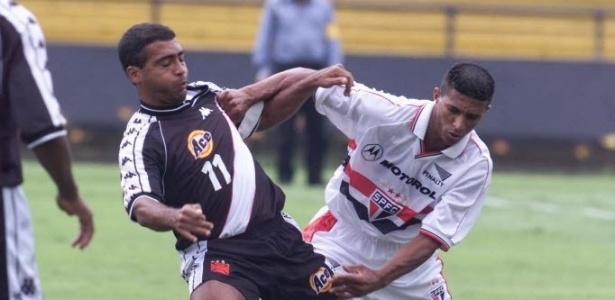 Axel disputa a bola com Romário em partida entre São Paulo x Vasco no Morumbi
